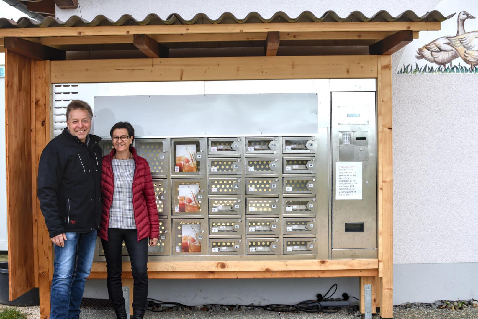 Ingolf und Liane Kasch am Verkaufsautomat
